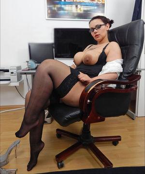 Зрелая секретарша устроила развратную фотосессию