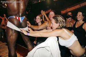 Стриптизеры ублажают толпу ненасытных девушек 9 фото