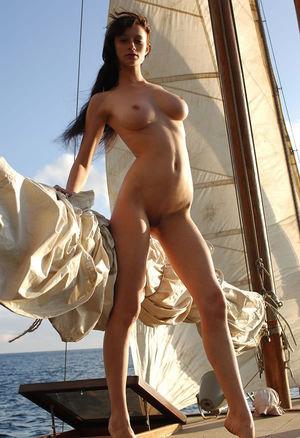 Худенькая девушка отдыхает на яхте 4 фото