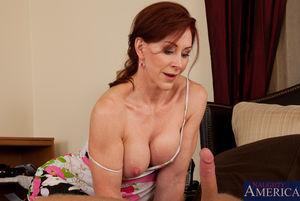 Зрелая пятидесятилетняя женщина получает наслаждение с молоденьким любовником в постели 3 фото