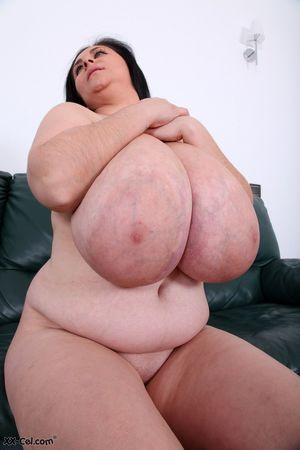 Пухлая женщина выставила сое вымя 23 фото
