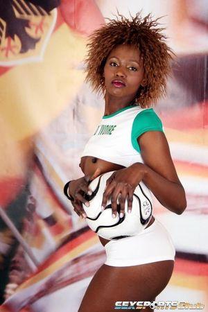 Черная спортсменка участвует в интимной фотосессии 7 фото