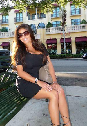 Загорелая и очень красивая девушка 13 фото
