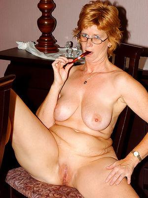 Развратная зрелая женщина, мастурбирует на работе