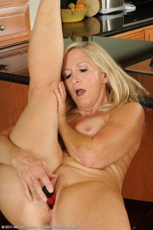 Сексуальная старушка мастурбирует на кухне 5 фото