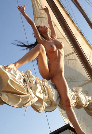 Худенькая девушка отдыхает на яхте 6 фото