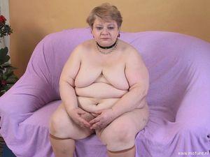 Пожилая толстушка играет с длинным дилдо 15 фото