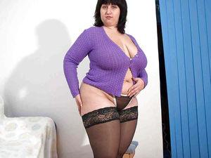 Толстушка показывает свое эротичное белье