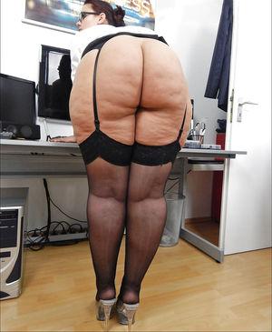 Зрелая секретарша устроила развратную фотосессию 6 фото