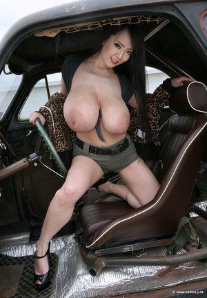 Горячая азиатка показывает в машине свои большие сиськи 27 фото
