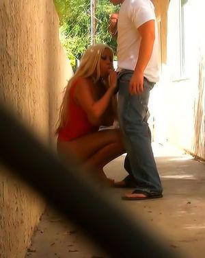 Парень снял на камеру, как блондинка трахается на улице. 4 фото
