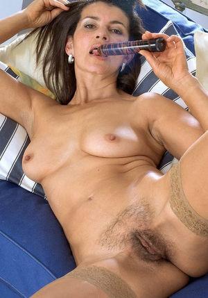 Зрелая тетка мастурбирует свою мохнатую письку 8 фото