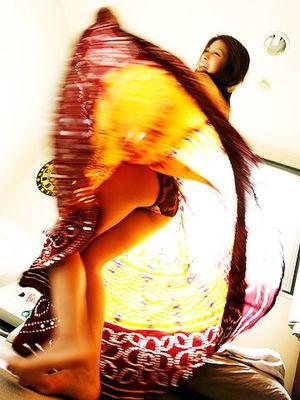 Шикарная азиатка наслаждается покупкой юбки 0 фото