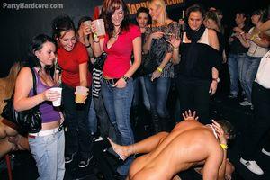 Пьяные бабы набросились на пенисы стриптизеров во время вечеринки 13 фото