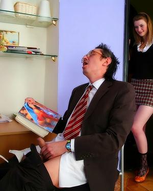 Скромная студентка застукала своего препода за дрочкой и трахнулась с ним 1 фото