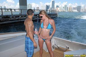 Пара занимается анальным сексом на яхте 9 фото
