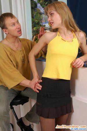 Парень имеет узкую попку милой блондинки 4 фото