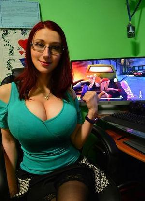 Любительница компьютерных игр показывает свои сиськи 6 фото