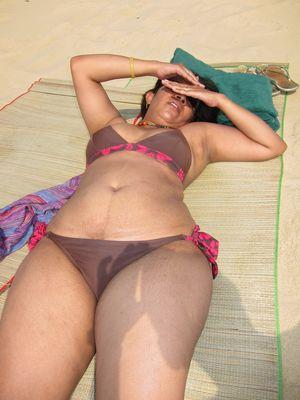Женщины с широкими бедрами в мини бикини 11 фото