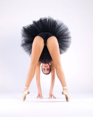 Балерина в чёрной пачке демонстрирует свою классную гладкую пилотку 9 фото