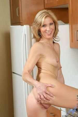 Худенькая милфа разделась на кухне 13 фото