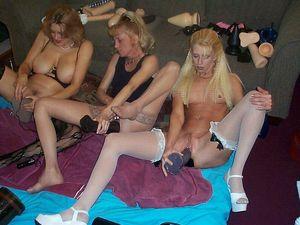 Лесбиянки решили устроить оргию с использованием секс игрушек 4 фото