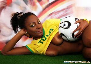 Красивая негритянка в футбольной форме 9 фото