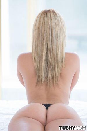 Блондинка с упругой попкой 7 фото