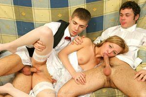 Хорошенькая невеста согласилась на совокупление с двумя горячими парнями 11 фото