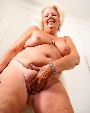 Пожилая развратная толстуха сильно увлечена мастурбацией на фото 10 фото