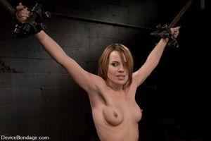 Садист жестко наказывает провинившуюся девушку 6 фото
