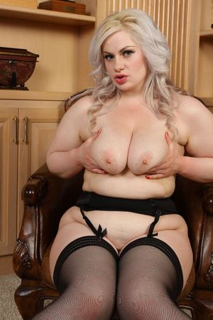 Блондинка с пышными формами 3 фото