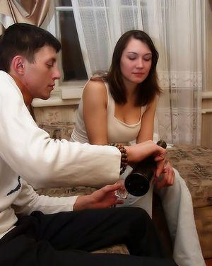 Молодая пара занимается нежным сексом на диване 0 фото