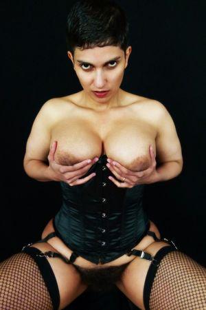 Коротко стриженная дама и ее волосатая киска 2 фото