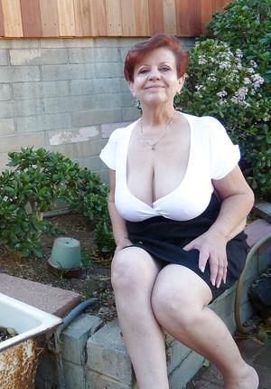 Бабуля без комплексов выставила свои титьки 9 фото