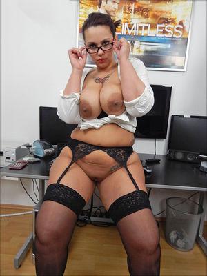 Зрелая секретарша устроила развратную фотосессию 1 фото