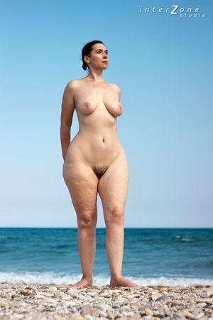 Голая женщина с широкими бедрами на пляже 6 фото