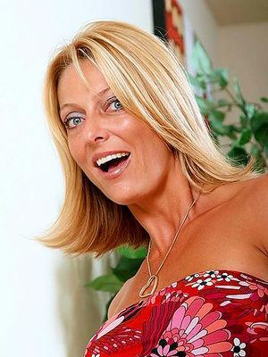 Зрелая блондинка показывает свои силиконовые титьки 0 фото