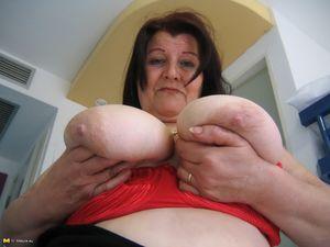 Жирная старая баба мастурбирует с помощью большого кабачка 4 фото