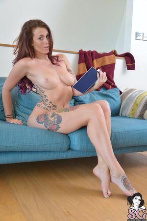Красивая нимфа с татуировками в красных трусиках 1 фото