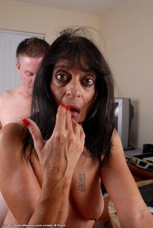 Старая страшная женщина уговорила на секс молоденького самца 1 фото