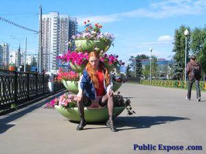 Рыжая девушка показала маленькие сиськи на улице 7 фото