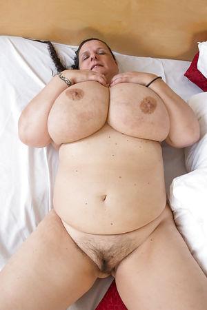 Развратная бабуля с обвисшими дойками и мохнатой мандой 3 фото