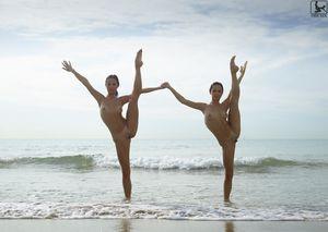 Сладенькие гимнастки отдыхают на пляже 9 фото
