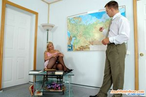 Блонде пришлось сдавать экзамен с помощью анального секса 2 фото