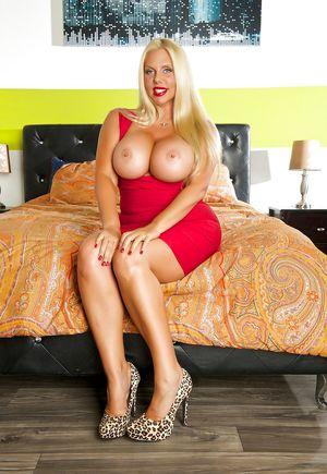 Блондинка в красном 5 фото