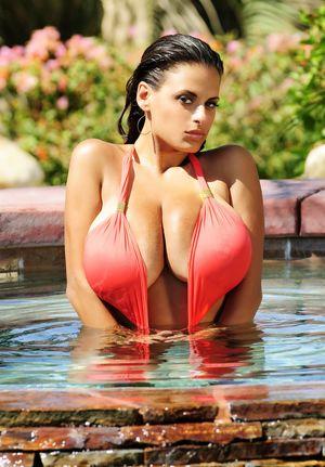 Фото модели с натуральной грудью. 1 фото