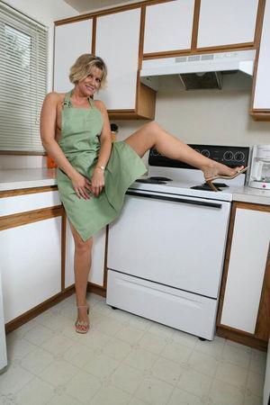 Мамашка разделась на кухне 7 фото