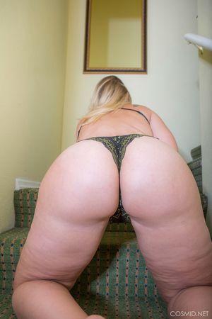 Толстая блондинка показывает свою задницу 8 фото