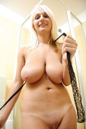 Блондинка моет свои сиськи 11 фото